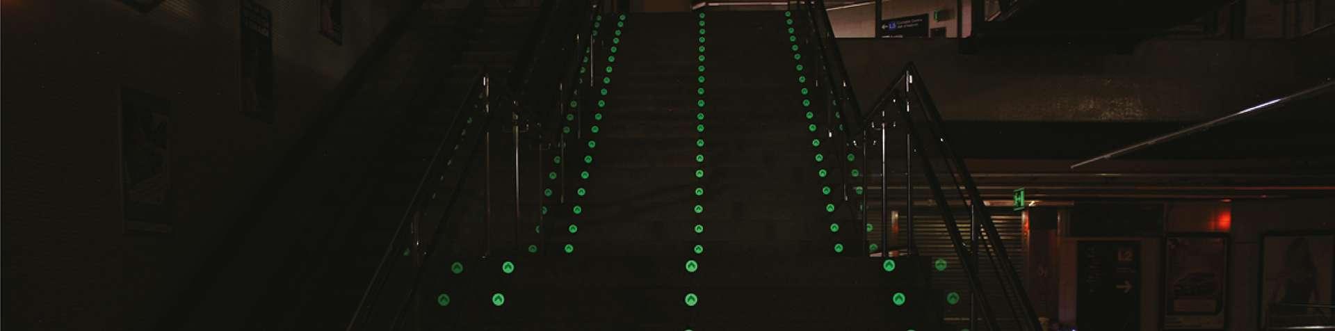 Disco autoadesivo para sinalização de rota de fuga no piso