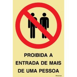 PROIBIDA A ENTRADE DE MAIS DE UMA PESSOA